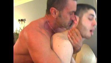 Urso peludo conheceu putinho pelo APP HORNET GAY e arrombou o passivo