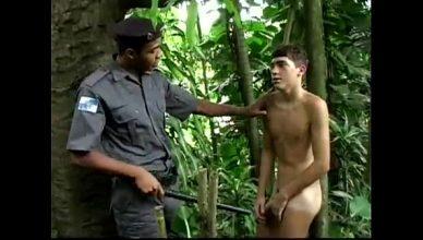 Guardinha pegou gay pelado e aproveitou do menino viadinho no meio do mato